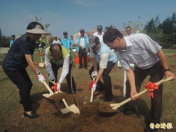澎湖政壇人士與中油處長,共同為澎湖植樹造林。(記者劉禹慶攝)