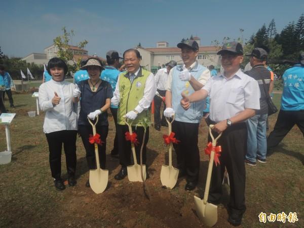 各界貴賓完成植樹造林後,為澎湖綠美化種下希望。(記者劉禹慶攝)