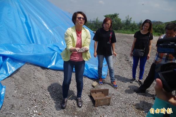古坑鄉長黃意玲(左)捧起底渣,強調底渣經過嚴格檢測,是資源化產品。(記者林國賢攝)