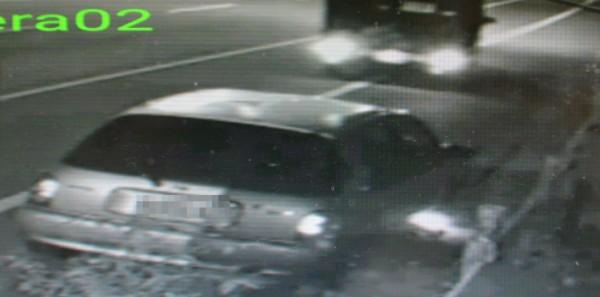 賴男開車離開時,小客車右前車輪下已經冒出火光。(記者陳建志翻攝)
