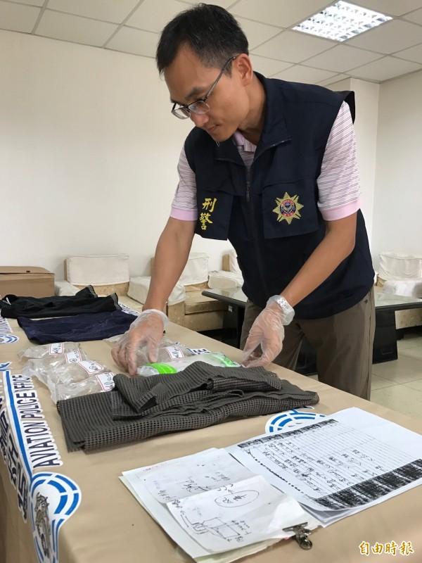警方在82歲製毒老翁住家起出安毒及製毒筆記等證物。(記者洪臣宏攝)