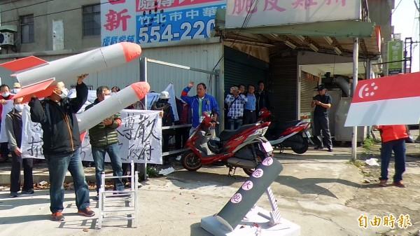 新竹縣坑子口靶場權益自救會會長鄭進宅偕同70多名鄉親,曾於3月27日到542旅星光部隊駐紮營區表達抗議,爭取權益。(記者廖雪茹攝)