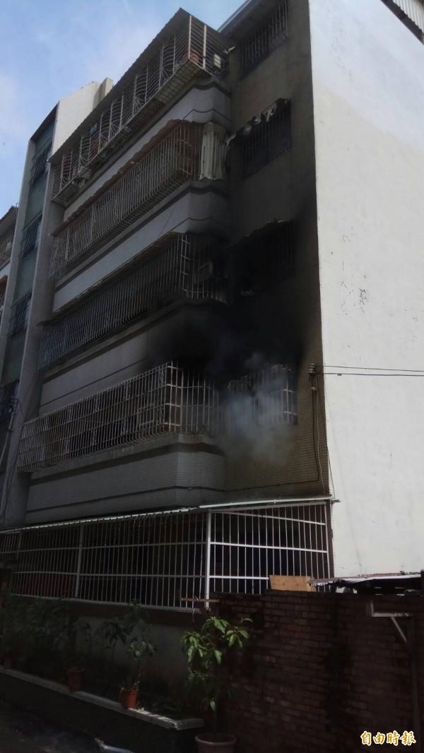 消防隊很快撲滅火勢,無人受傷。(記者洪定宏攝)