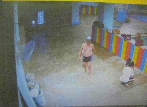 沈姓碩士(圖中)穿著泳褲,偷走林女放在泳池置物櫃內皮包情景。(記者張瑞楨翻攝)