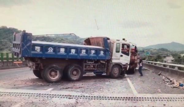 國道三號南投段出現水塔外殼掉落物,砂石車閃避不及翻滾一圈。(記者劉濱銓翻攝)