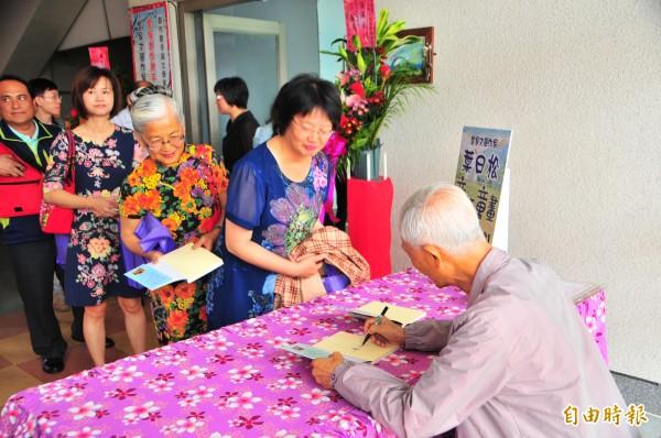 客家詩人葉日松為讀者新書簽名。(記者花孟璟攝)