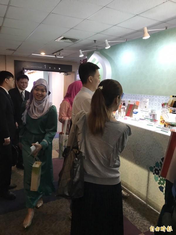 外貿協會成立清真推廣中心,圖為在台穆斯林及廠商於現場參觀哈拉(Halal)認證產品。(記者羅倩宜攝)