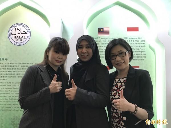馬來西亞商務辦事處處長莎鄔妲(中)與台商合照。(記者羅倩宜攝)
