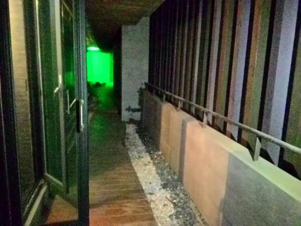 消防人員透過五樓平台救援到墜樓的陳男。(來源消防)
