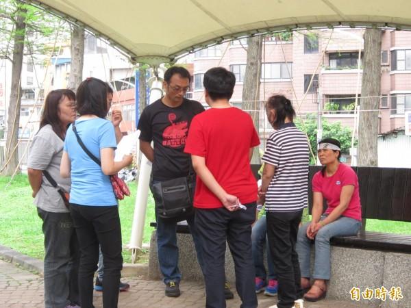 立益紡織工會理事長徐同溎(右4)與工會幹部協商後續作為。(記者謝武雄攝)