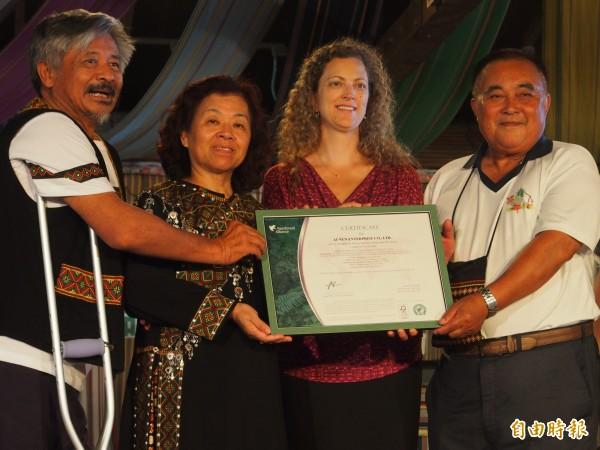 雨林聯盟驗證部主任Laura Terrall(右二)今天赴布農部落園區授證。(記者王秀亭攝)