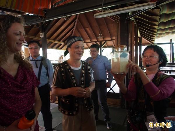 布農部落園區人員向雨林聯盟驗證部主任Laura Terrall(左一)說明竹炭的功能。(記者王秀亭攝)