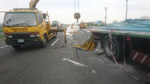 國道中山高發生聯結車翻覆意外。(記者林宜樟攝)