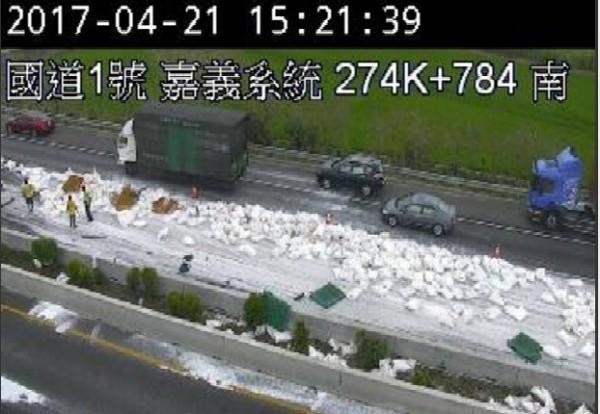 砂糖散落高速公路上50公尺。(記者林宜樟攝)
