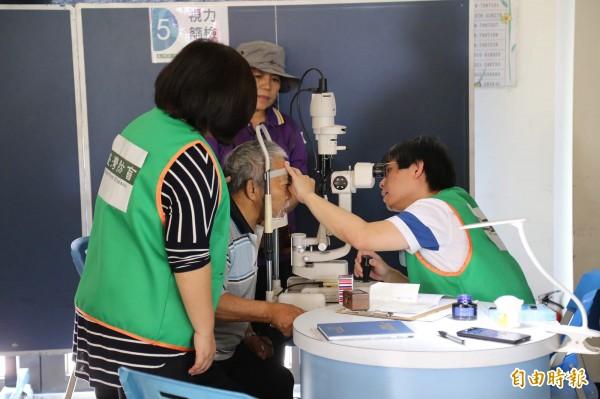 義大醫院醫師許桓誠說,長輩們較常見的有青光眼、白內障與黃斑部病變等影響視力的問題,這些病症在早期都不容易被發覺,必須透過檢查,才能早期發現、挽救視力。(記者邱芷柔攝)