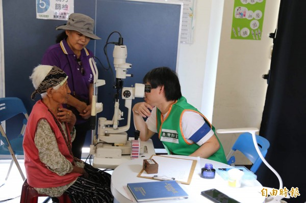 台灣防盲基金會今天前進屏東山區,在禮納里部落進行視力篩檢與眼科衛教,包括50名部落長輩與長榮百合國小120名學童等接受健檢服務。(記者邱芷柔攝)