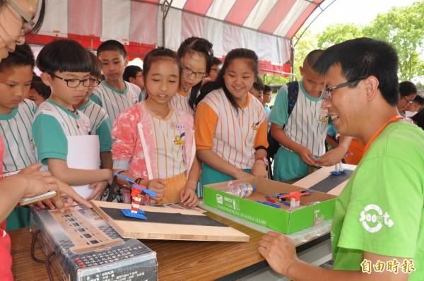 「體驗區」有35項創意科學體驗操作,包括魚菜共生系統、步行機器人、土石流警報器等,學童從遊戲中體驗手腦並用玩科學的樂趣。(記者彭健禮攝)