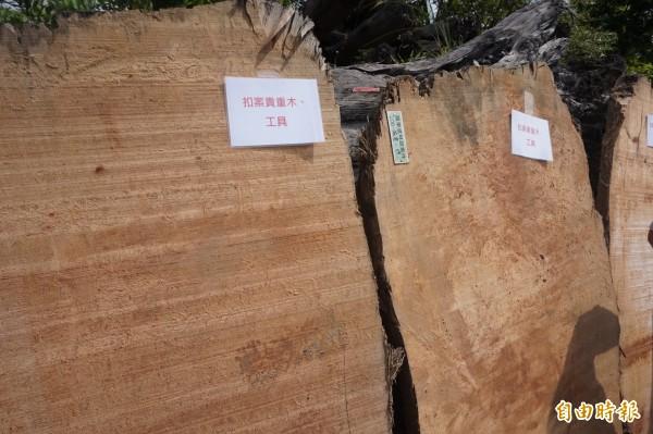 宜蘭縣檢警近期破獲2大山老鼠集團,共查扣紅檜、扁柏的漂流木加工製品共88件,木材材積12.319立方公尺及提煉的檜木精油137公升,初估市價達400餘萬元。(記者林敬倫攝)