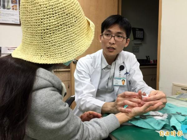 光田醫院骨科醫師楊鎮源表示,古婦中指被咬斷後接回,目前已拆線。(記者歐素美攝)