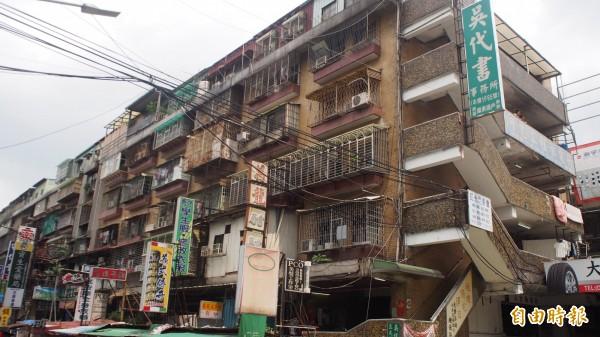 台北市士林區劍潭整宅第二期,屋齡老舊、環境窳陋。(記者蔡亞樺攝)