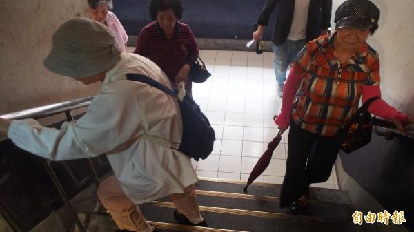 北市劍潭整宅第二期,因屋齡老舊未設置電梯,以致住在這邊的老人家爬樓梯竟要「倒退嚕」。(記者蔡亞樺攝)