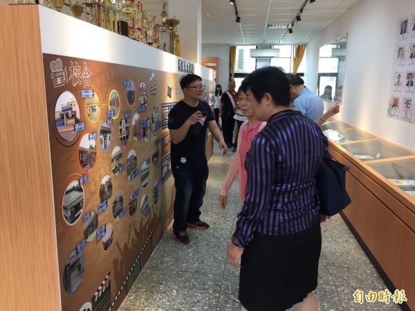 致用高中校史室展出該校發展歷史及校舍等變遷。(記者歐素美攝)