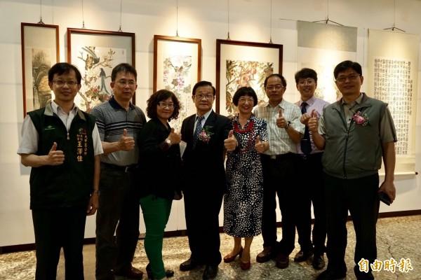 致用高中校長陳添旺(左四)表示,今年致用校慶有園遊會、社團成果展等,展現師生多年來努力累積的成果。(記者歐素美攝)