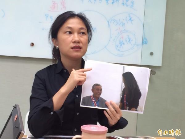 民進黨立委Kolas Yotaka出示她晉見毛利國王Kiingi Tuheitia時的照片。(記者呂伊萱攝)