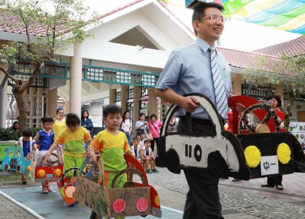 宜蘭市立幼兒園邀請宜蘭監理站,至園區內進行「宜蘭監理站道安巡迴」活動,向學童宣導相關交通安全等知識。(宜蘭市公所提供)