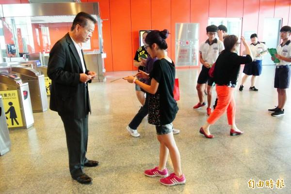 學生拿著宣傳DM在高鐵雲林站發放,向遊客解說展演內容。(記者廖淑玲攝)