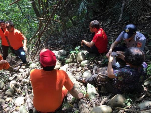 李姓阿嬤(右下)走失誤闖山溝,經過2天1夜的搜尋,終於順利尋獲。(記者劉濱銓翻攝)