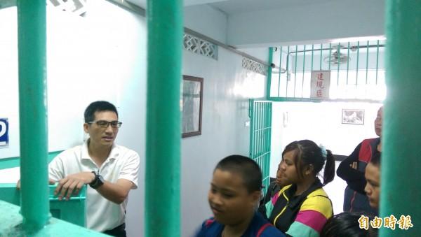 在台東監獄人員的帶領下,豐榮國小學生走入監所一探究竟。(記者王秀亭攝)