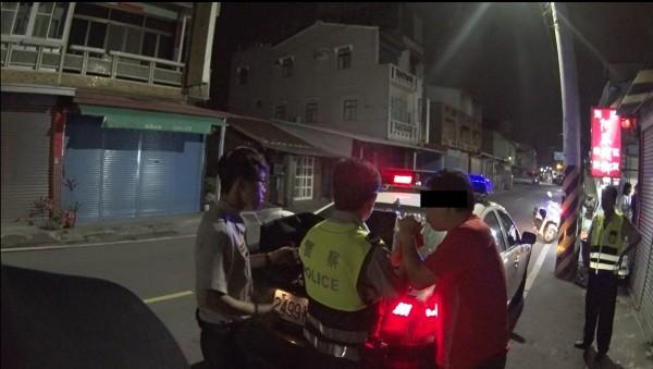 陳姓男子(紅衣者)已經4度酒駕被逮,還遭通緝,竟又在湖內分局轄區被警方查獲酒駕。(記者黃佳琳翻攝)