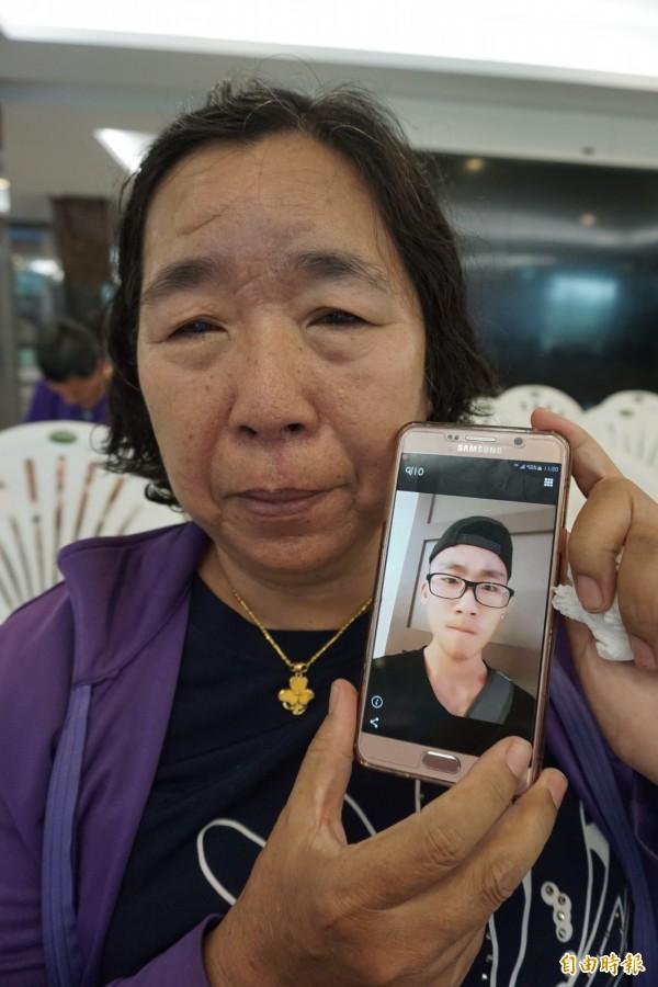劉媽媽隨身帶愛兒佑佑的照片思念,為他決定器捐遺愛人間,延續生命。(記者蔡淑媛攝)