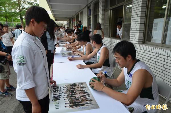 台啤隊球星為同德家商學生簽名,學生大排長龍。(記者陳鳳麗攝)