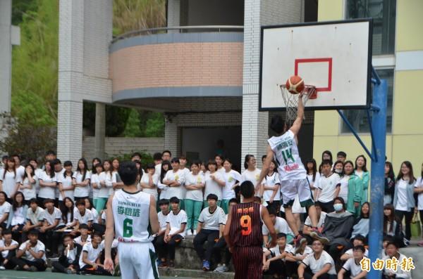 台啤隊與同德籃球隊進行友誼賽,大秀球技。(記者陳鳳麗攝)