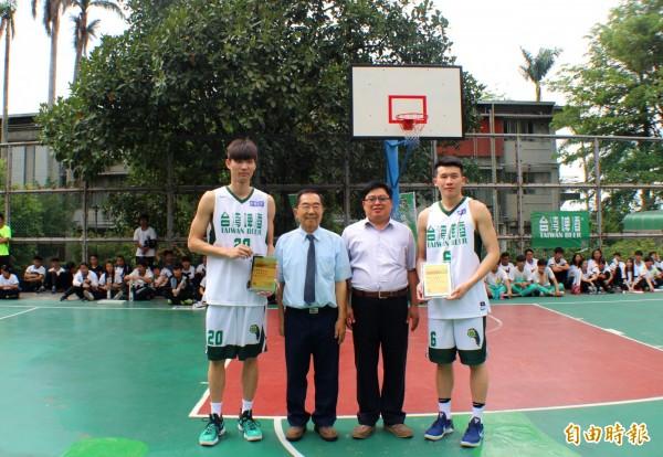 周伯勳(左1)與李愷諺(右1)回娘家,董事長謝招宏(左2)和校長林元貴(左3)送感謝獎牌。(記者陳鳳麗攝)
