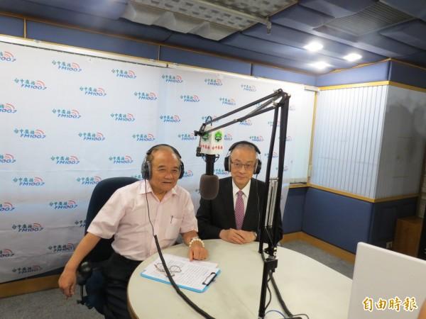 吳敦義(右)說,一旦當選黨主席,若2020大選黨內外都遍尋不可符合資格及有意願者,會挺身而出。(記者蘇金鳳攝)