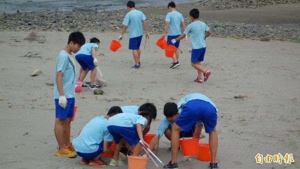 日南國中舉辦「減塑淨灘,台中漂漂」活動,學生到大甲船頭埔海岸淨灘。(記者歐素美攝)