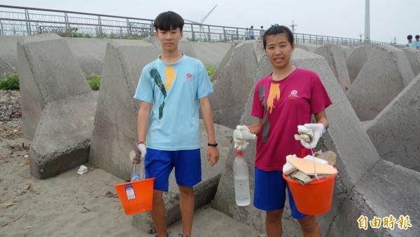 日南國中舉辦「減塑淨灘,台中漂漂」活動,學生共撿拾出上百公斤垃圾。(記者歐素美攝)