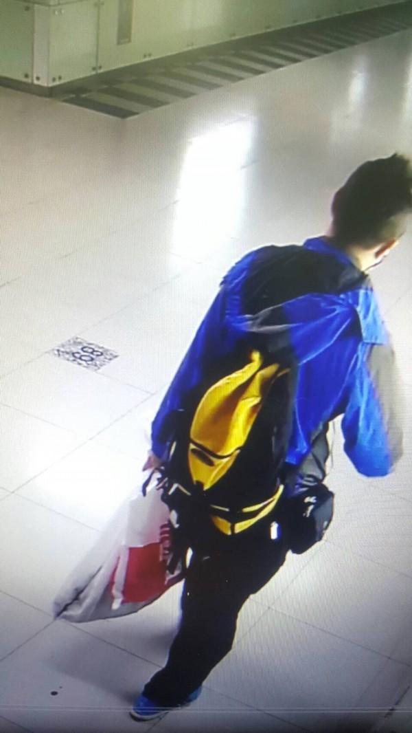 鐵警局調閱監視影帶,發現背包男隨身攜帶的行李尺寸很普通,沿路滴下的液體也不是「血跡」。(記者陳恩惠翻攝)(記者陳恩惠攝)