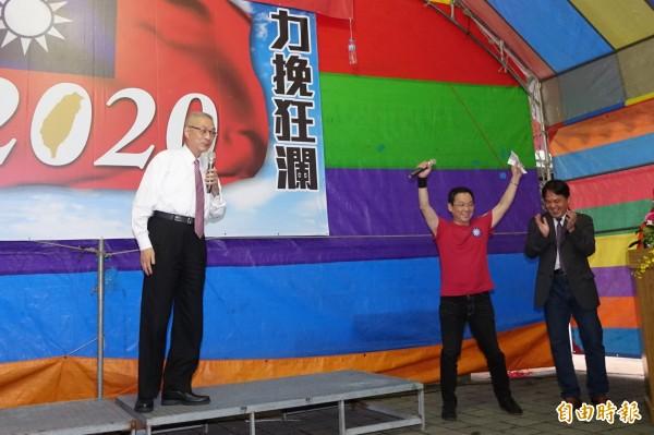 前副總統吳敦義拜訪台中莒光新城眷村,一旁紅衣主持人卻成了全場的焦點。(記者廖耀東攝)