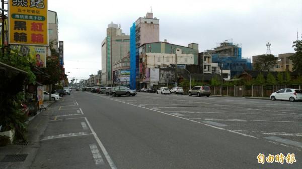 花蓮縣政府準備耗資6.37億元打造日出香榭大道,準備自籌3億元將目前的柏油路換鋪黑白相間的花崗石地板。(記者王錦義攝)
