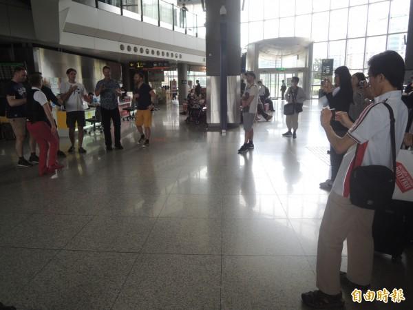 丹麥人聲樂團Basix來台,6名高挑帥哥今天現身高鐵新竹站快閃演唱,吸引許多旅客佇足聆賞。(記者廖雪茹攝)