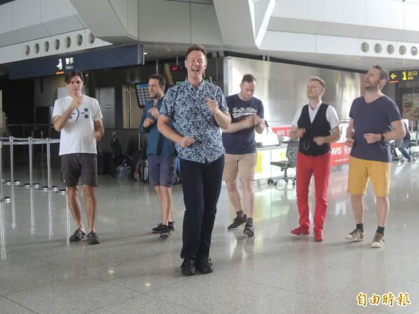 「A Cappella春唱」瘋台灣巡迴音樂會今年邀請到丹麥人聲樂團Basix來台,6名高挑帥哥今天現身高鐵新竹站快閃演唱,吸引許多旅客佇足聆賞。(記者廖雪茹攝)