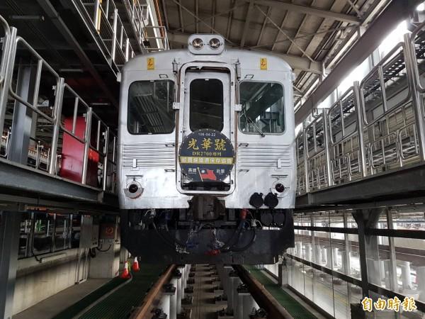 DR2700光華號列車「白鐵仔」預計明天(週六)上午首度從高雄復駛,將帶領360名旅客往返高雄及后里。(記者黃旭磊攝)