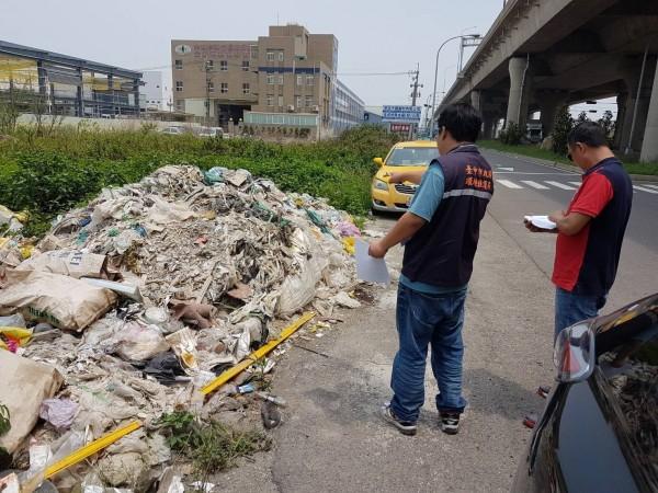 台中西濱快速道路附近9處空地,遭郭姓清除業者偷倒營建廢棄物。(記者蔡淑媛翻攝)