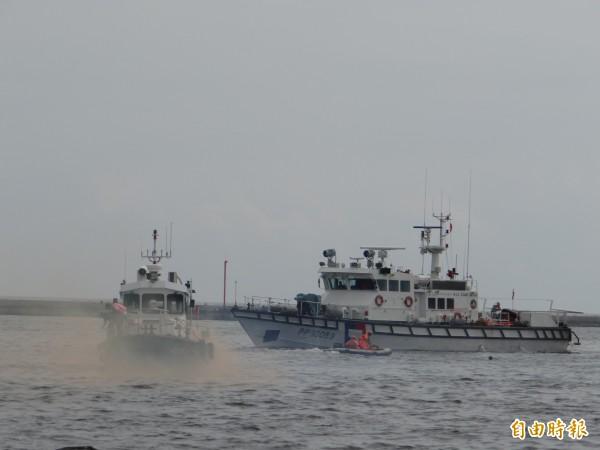 環保局結合各單位舉行海洋污染應變演練。(記者洪瑞琴攝)
