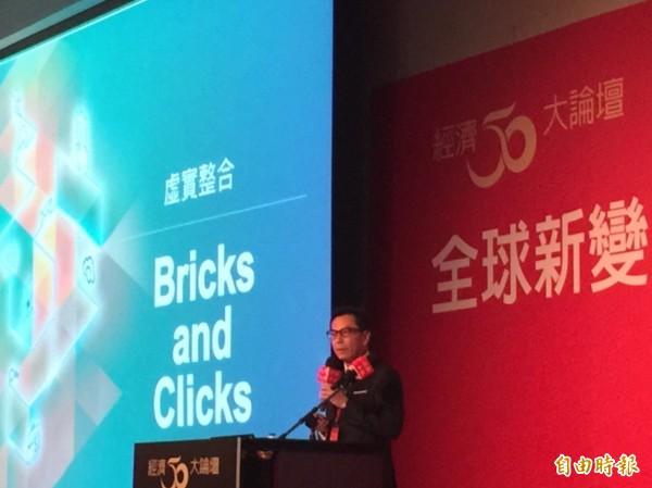 富邦集團董事長蔡明忠今天出席一場論壇,對台灣拚經濟提出建言。(記者廖千瑩攝)