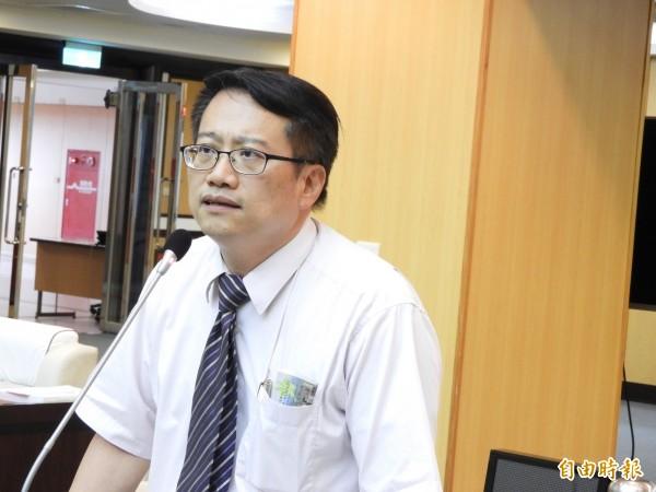 南市議員蔡旺詮質詢一例一休議題。(記者洪瑞琴攝)